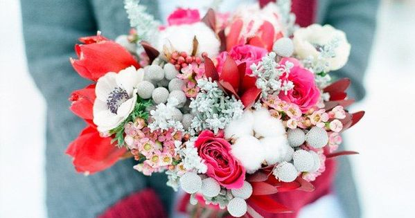 Winter season is definitely a fun time to arrange your wedding bouquet. We know it is not the time for beautiful blooming flowers but there are still typic