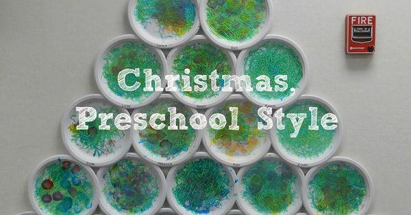 Elk kindje schildert een papieren bordje, alle borden samen vormen een kerstboom