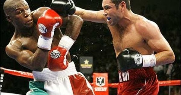 How Floyd Mayweather Uses His Elbow For Philly Shell Defense Boxing Techniques Floyd Mayweather Oscar De La Hoya