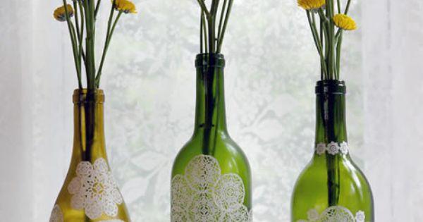 Decoração de bom gosto reutilizando garrafas de vidro e pedaços de renda