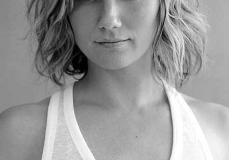 Medium Wavy Hairstyle: Summer Haircuts for Women Over 30- 40 Medium Wavy