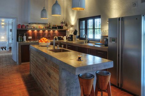 Cocina con muebles de obra y puertas de madera isla for Muebles de cocina con isla central