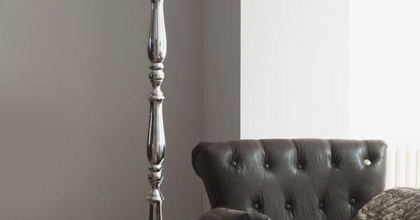 ... lamp bij stoel voor grijze muur  Woonkamer  Pinterest  Lamps and