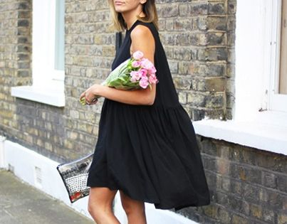 Perfect relaxed summer look black dress black sunglasses white Converse shoes