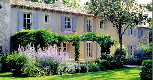 Casa in provenza con persiane azzurre provence for Persiane di campagna esterne