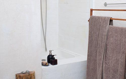 Suelo gresite colores con paredes blancas azulejos - Baldosas gresite para banos ...