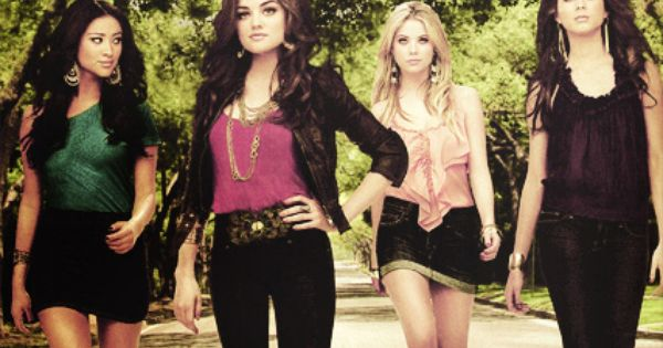 Pretty Little Liars - Shay Mitchell (Emily Fields), Lucy Hale (Aria Montgomery),