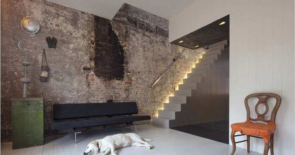 Modern interieur met oude bakstenen van bestaande stenen muur interior grachtenpand canal - Modern meubilair en oude ...