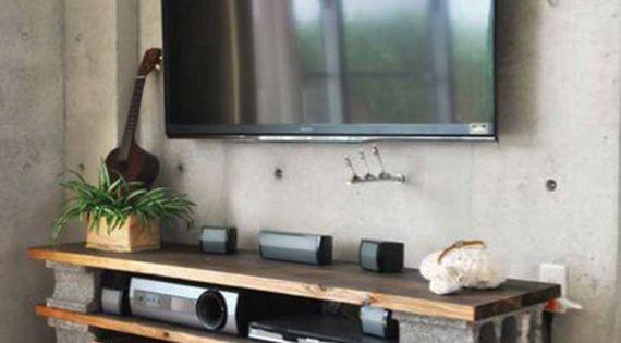 minimalistische wohnzimmer mit betonwand und diy tv m bel aus holzplatten und betonbl cken. Black Bedroom Furniture Sets. Home Design Ideas