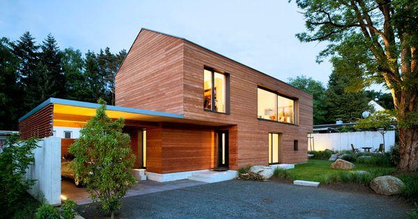 au enansicht beleuchtet mit carport und garten des efh einfamilienhaus wohnhaus aus holz house. Black Bedroom Furniture Sets. Home Design Ideas