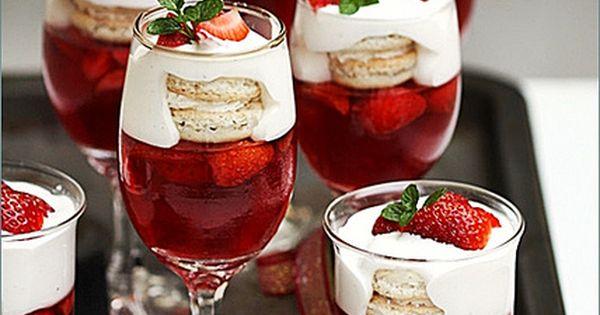 Strawberry and Vanilla Macaron Trifle ... Joyeux Noel! So pretty for a