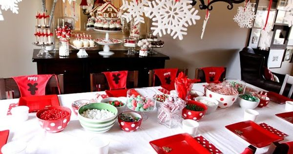 Gingerbread House Making Christmas Party –the gingerbread house makes a party favors