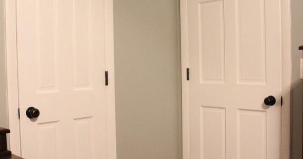 Puertas blancas con herrajes negros decoraci n - Picaportes puertas interiores ...