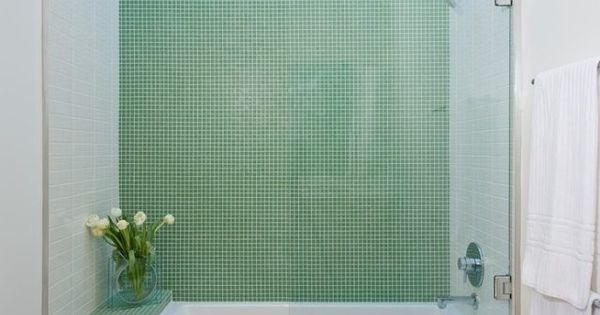Kleines bad einrichten wanne dusche glaswand gr ne mosaik for Badezimmerausstattung einrichten