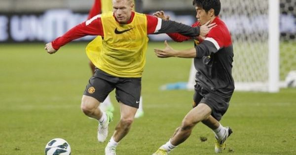 Paul Scholes Holds Off Shinji Kagawa R During The Manchester United Training Session At Moses Mabhida Stadium On July 17 2012 Manchester United Training Manchester United Manchester United Football