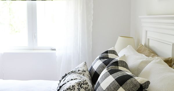 Black And White Toile Bedroom Ideas: A Black And White Farmhouse Cottage Bedroom Design With