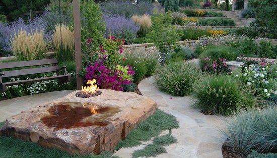 Garten mediterran flair feuerstelle ziergr ser bepflanzen beetideen pinterest mediterran - Gartenrand gestalten ...
