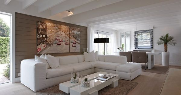 salon au grand canap blanc d 39 angle table basse blanche style neutre doux et cosy poutres. Black Bedroom Furniture Sets. Home Design Ideas