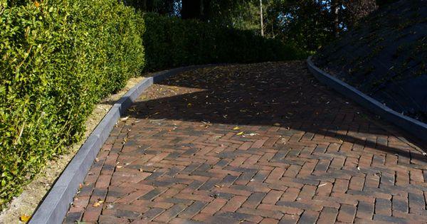 Hellende oprit met terra vulcano antica gebakken klinkers gelegd in keperverband tuinen met - Tuin hellende ...