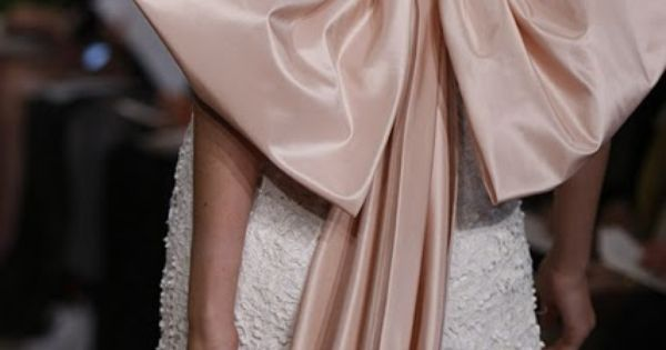 Oscar de la Renta bow /// bow satin dress fashion runway blush
