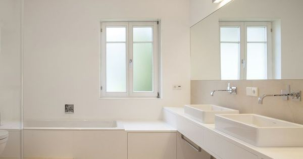 mtb badm bel in mineralwerkstoff weiss bodenfliesen beige schublade unter badewanne. Black Bedroom Furniture Sets. Home Design Ideas