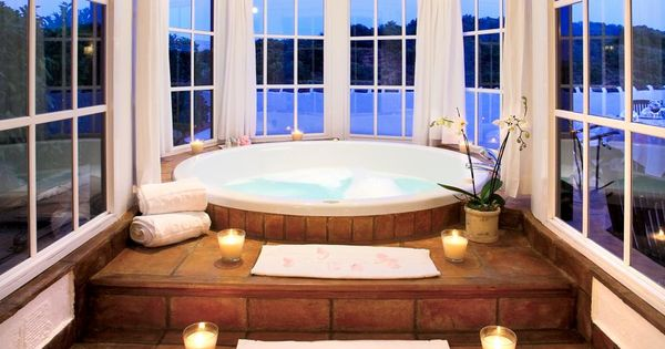 Jacuzzi bathtub with candled steps and round windows - Jacuzzi para bano ...
