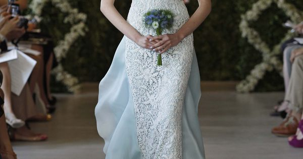 So lovely! Oscar de la Renta Bridal gown. Via @kamarobb78. gowns OscardelaRenta