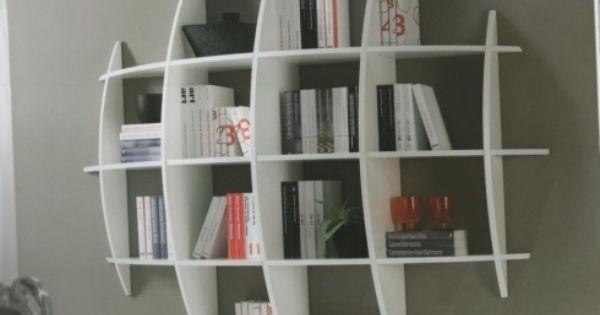 el ltimo mueble de esta habitacin es una estanteria esa estanteria es moderna y practca porque no es muy grande y esta pegado en la pared lore