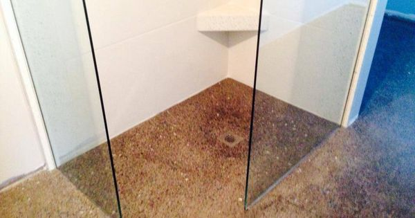 Douche italienne sur plancher de b ton poli avec murs de - Beton cire sur mur salle de bain ...