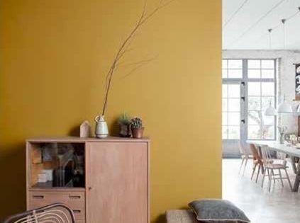 Geef een kleurboost aan je interieur foto gele muur rustiek gietvloer - Deco grijze muur ...