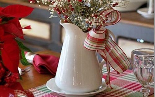 Use flores secas e fitas com estampa nas cores natalinas em um
