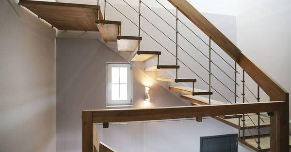 escalier contemporain en bois qui dessert les 2 tages de cette maison r nov e d couvrez toutes. Black Bedroom Furniture Sets. Home Design Ideas