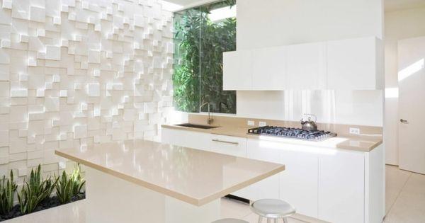 cuisine blanche avec mur en relief à effet 3D et carrelage grand ...