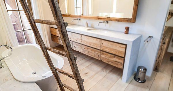 freistehende badewanne im badezimmer mit altholz