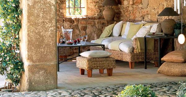 Une belle terrasse proven ale avec galets et meubles for Belle terrasse en bois