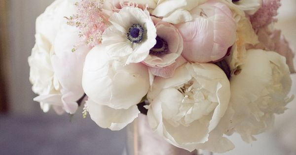 pretty wedding bouquet ROSES & ANEMONES CLUTCHED FLOWERS ARRANGEMENT BRIDAL BOUQUET OFF-WHITE