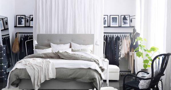 Ett modernt sovrum med en stor s ng i gr tt och vitt som st r mitt i ett vitt och svart rum - Copriletto alina ikea ...