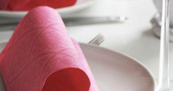 tischdeko ideen mit servietten herzform stoffservietten falten osterdeko ostern originelle. Black Bedroom Furniture Sets. Home Design Ideas