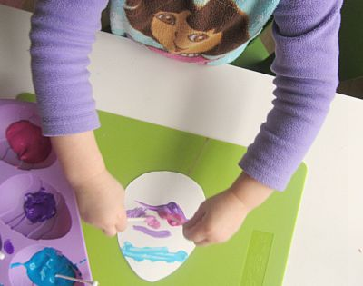 Love the muffin tin paint cup idea! qtip Easter egg craft for
