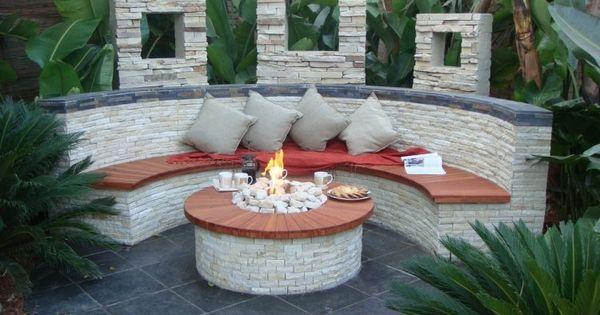 runde feuerstelle und halbrunde sitzbank mit verblendsteinen verkleidet garden garten. Black Bedroom Furniture Sets. Home Design Ideas