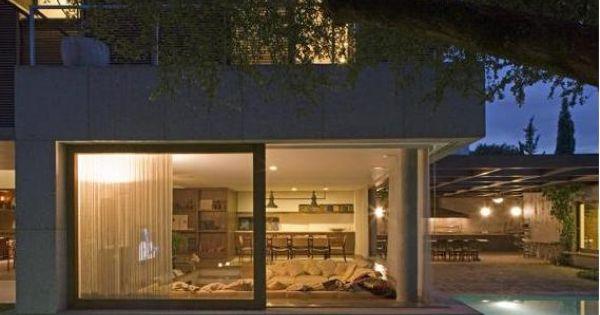 casa marrom isay weinfeld piscina que contorna a casa e fachadas de vidro rea de lazer. Black Bedroom Furniture Sets. Home Design Ideas