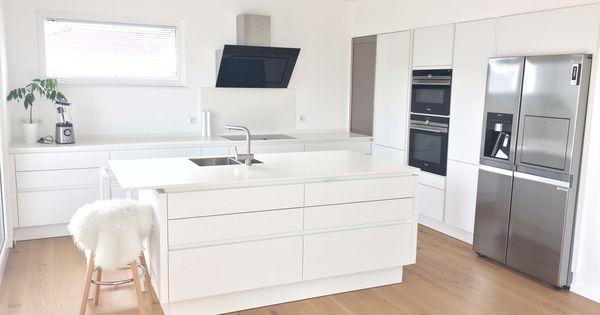Küche ganz in weiß mit Keramikarbeitsplatte, Spülinsel und großen - ideen für kleine küchen