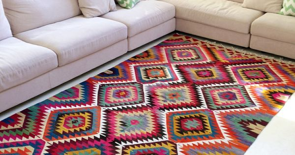 tapis azt que motifs multicolores et canap d 39 angle blanc cass petit appart pinterest. Black Bedroom Furniture Sets. Home Design Ideas