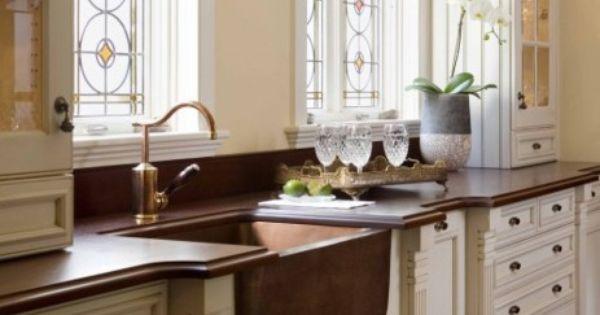 vier et mitigeur dans un esprit vintage et rustique et de belles fen tres avec vitrail. Black Bedroom Furniture Sets. Home Design Ideas