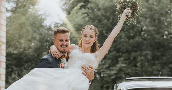 Ein Guter Mann Tragt Seine Frau Auf Handen Scheunen Hochzeit Hochzeit Schloss Hochzeitstorte Anschneiden