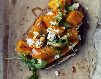 Bruschetta with roasted pumpkin, goat cheese and rocket salad