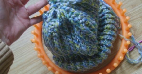 Bonnet au tricotin g ant tricot co pinterest tricotin g ant et bonnet - Tricotin rond comment terminer ...
