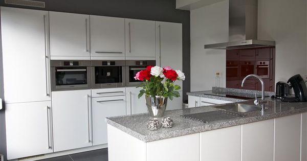 Moderne open keuken de apparatuurwand is praktisch ingericht en geplaatst in een nis het - Hoe dicht een open keuken ...