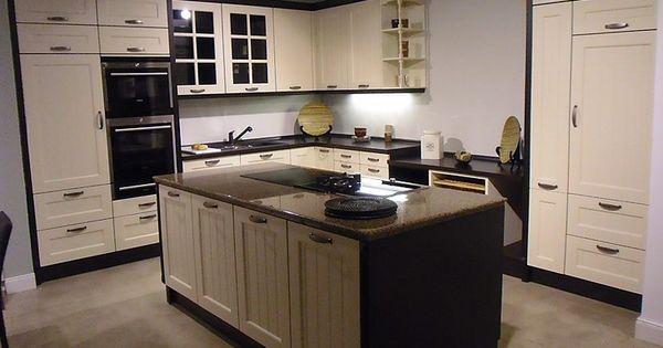 Küche mit kochinsel im landhausstil  cremweiße Ausstellungsküche im Landhausstil mit Kochinsel | Küche ...