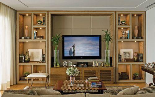 Estante de tv em madeira e couro bege + iluminação embutida nos
